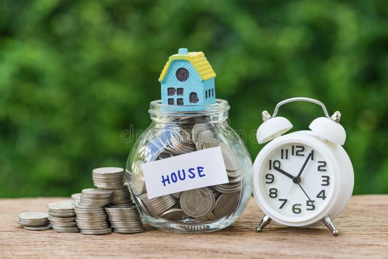 besparingsbezit of hypotheekconcept op lange termijn als glaskruik met stock afbeelding