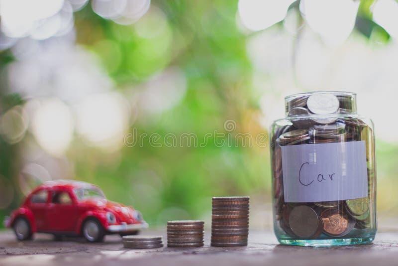 Besparingsgeld in een wijnoogst van de glasfles Het geldconcept van de besparing stock fotografie