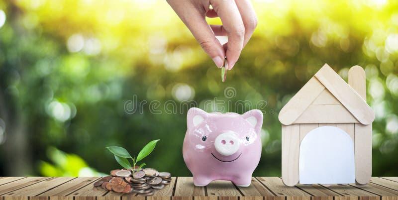 Besparingsgeld om een huis in het toekomstige Onroerende goederenconcept te kopen royalty-vrije stock afbeeldingen