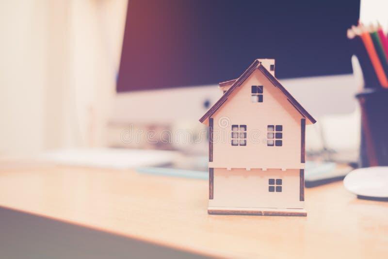 Besparingsgeld om in een huis te investeren royalty-vrije stock afbeelding