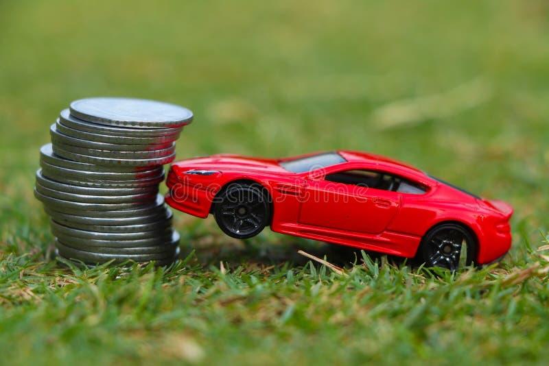 Besparingsgeld voor auto die stapelmuntstuk groeien, die geld besparen royalty-vrije stock foto
