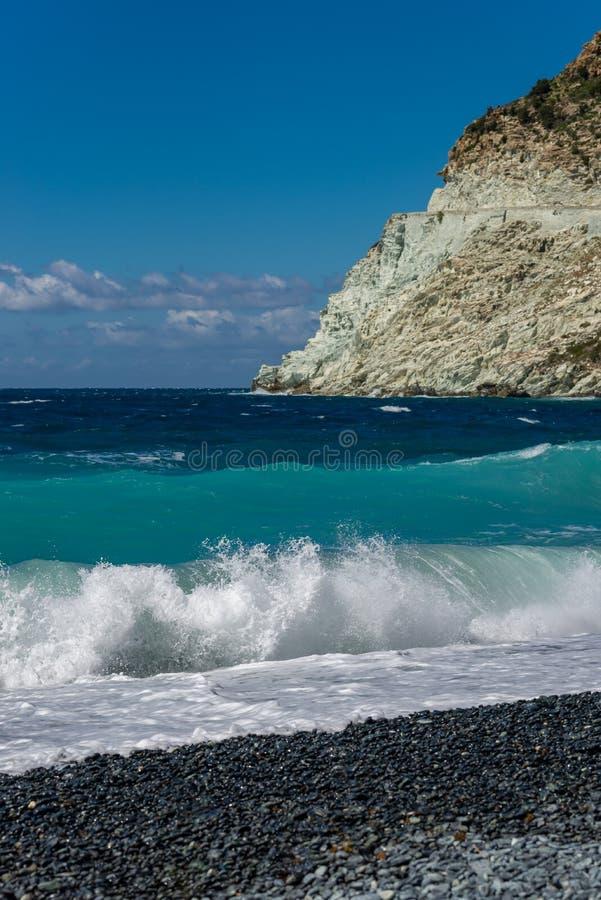 Bespattende Golf op het zwarte steenstrand royalty-vrije stock afbeeldingen
