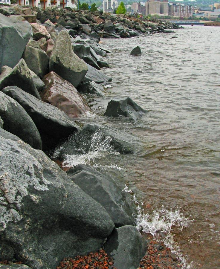 Bespattende Golven tegen de rotsachtige golfbreker van Duluth ` s royalty-vrije stock afbeelding