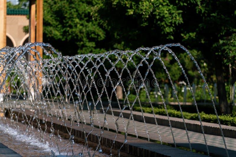 Besprühen des Wassers eines Brunnens mit ausführlichen Wassertropfen stockfoto