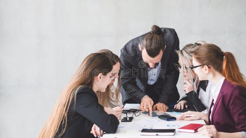 Bespreken de vrouwelijke het beheerszaken van de bureaubriefing royalty-vrije stock foto