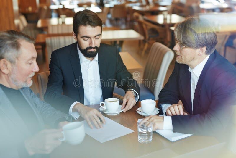 Bespreking bij koffiepauze royalty-vrije stock fotografie