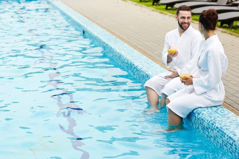 Bespreking door zwembad stock fotografie