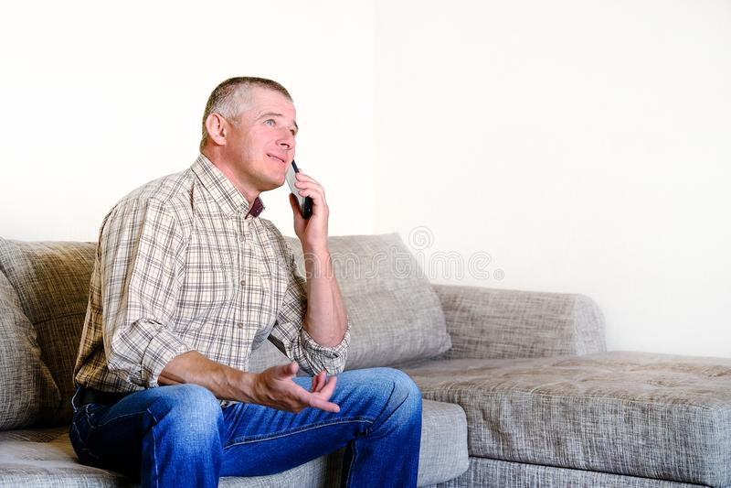 Bespreking op de telefoon met een psychiater Problems in het persoonlijke leven en op het werk Emotie van irritatie royalty-vrije stock afbeeldingen