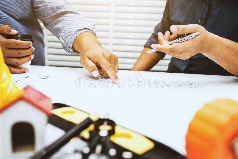Bespreking van contractant en ingenieur stock foto's