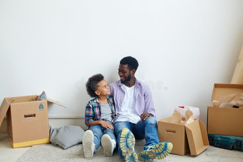 Bespreking van vader en zoon stock fotografie