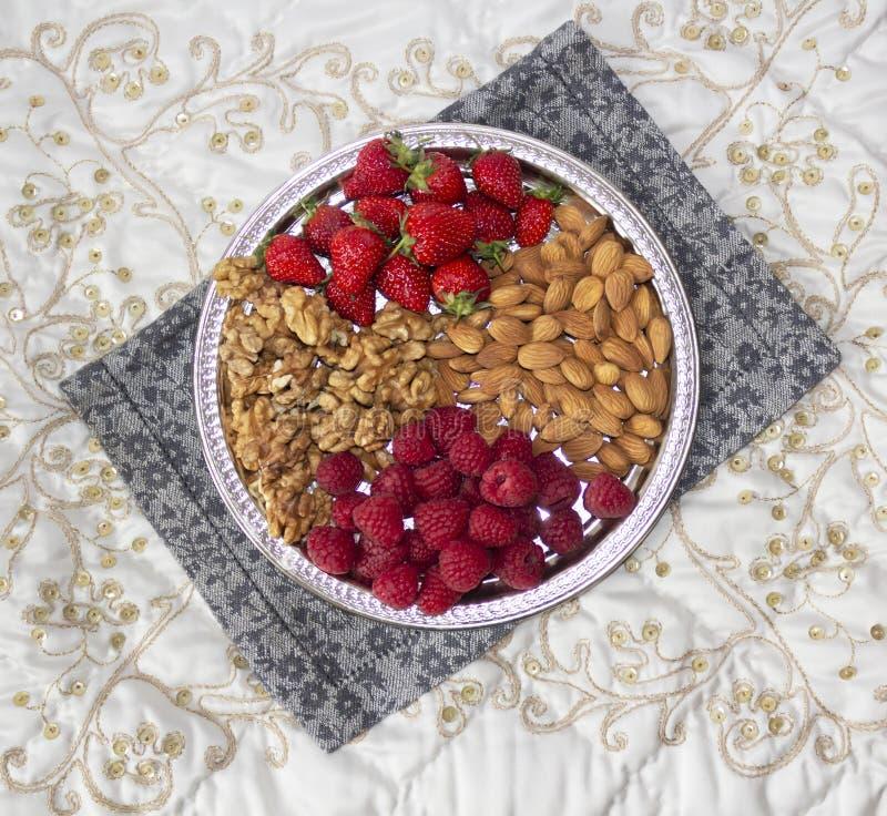 Bessen en noten op een zilveren dienblad royalty-vrije stock foto