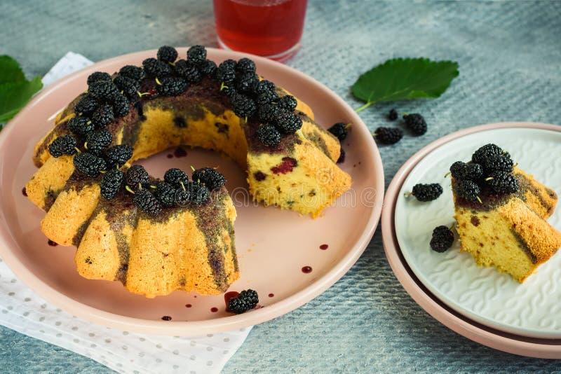 Bessencake met moerbeiboom stock afbeeldingen