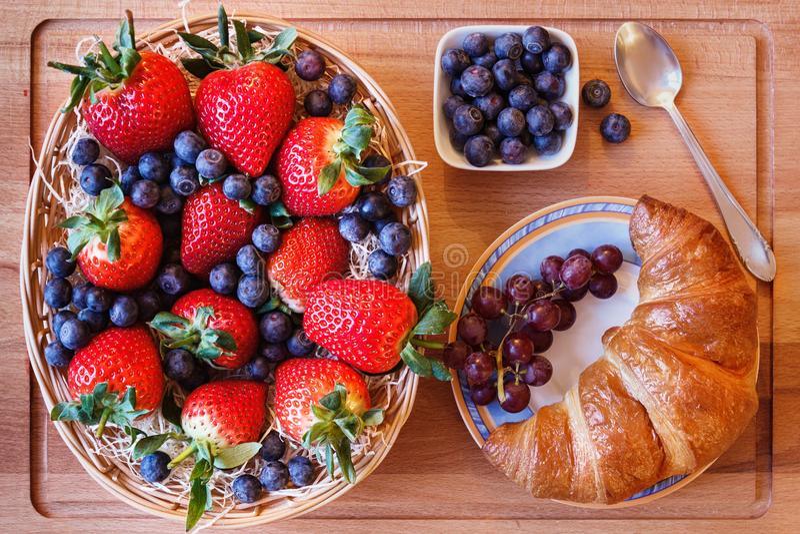Bessenmengeling met een croissant en een lepel royalty-vrije stock afbeelding