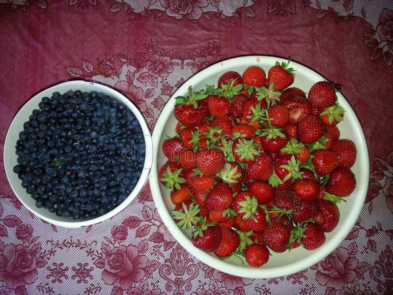 Bessenstilleven, aardbeien en bosbessen royalty-vrije stock afbeelding