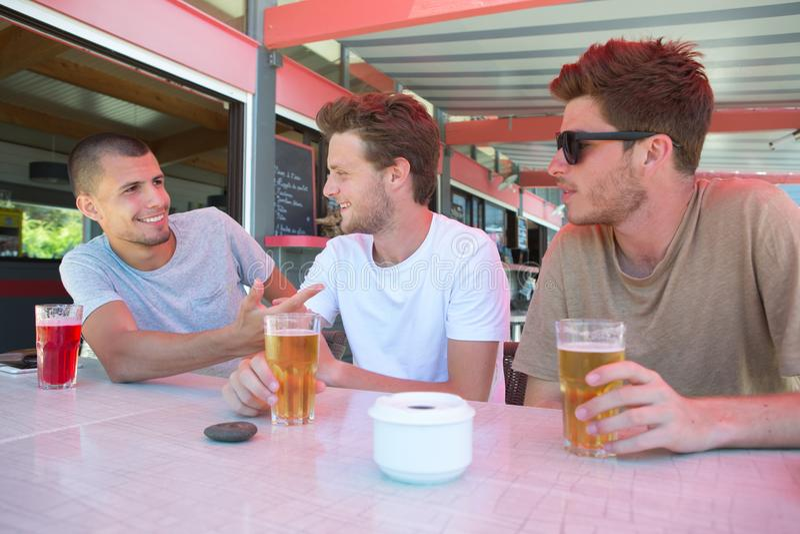 Beställa alkoholist- och icke-alkoholist drinkar arkivbilder