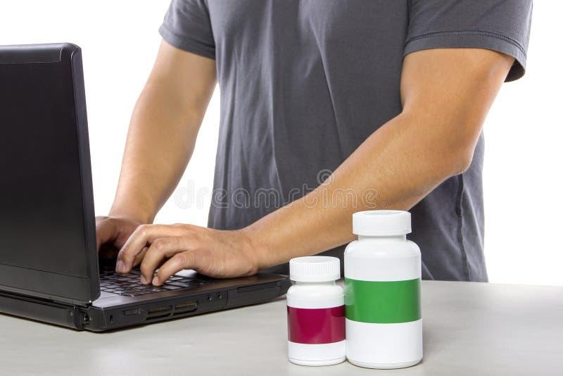 Beställa online-medicin eller underteckna upp för medicinsk försäkring arkivbild