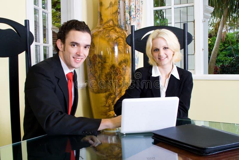 beställaremötefastighetsmäklare royaltyfri bild