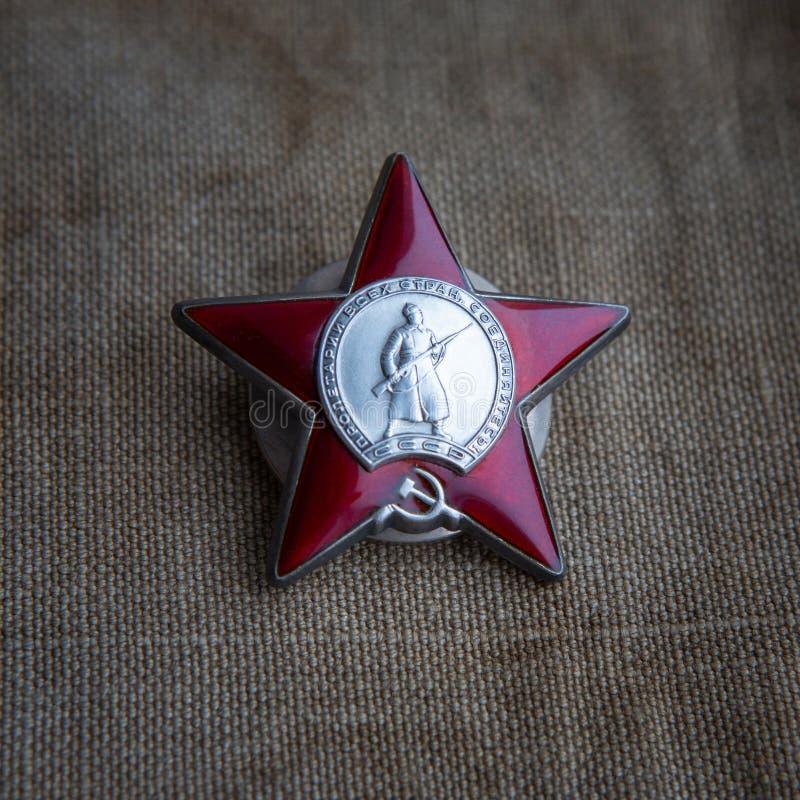 Beställning av den röda stjärnan på skjortan Närbild Symboler av det stora patriotiska kriget Maj 9 fotografering för bildbyråer