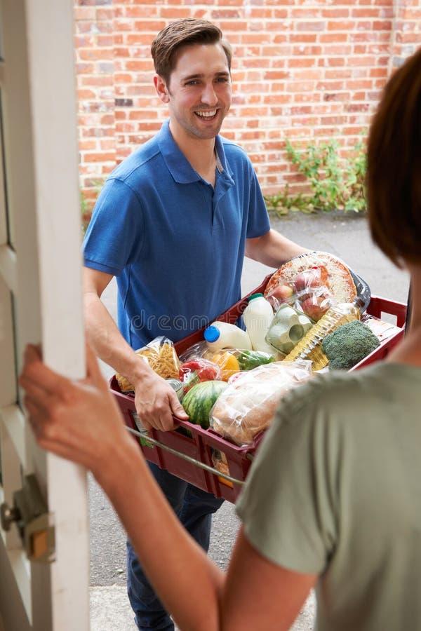 Beställning för chaufförDelivering Online Grocery shopping arkivbilder