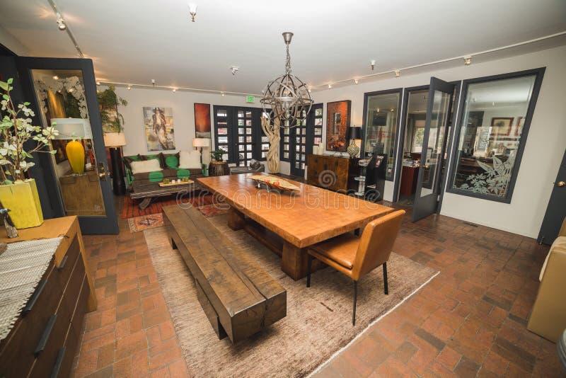 Beställnings- Wood möblemang i visningslokal royaltyfri bild