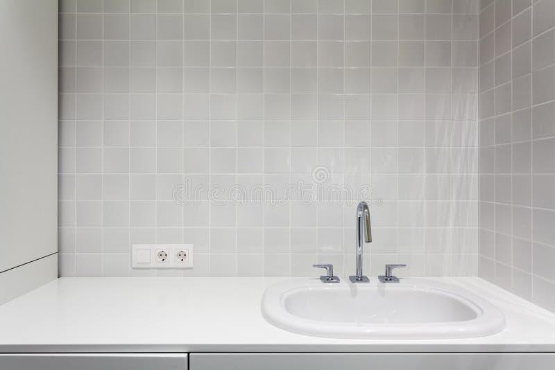 Beståndsdel av badruminre Ny tvättställ, vit vask och tegelplatta royaltyfri fotografi