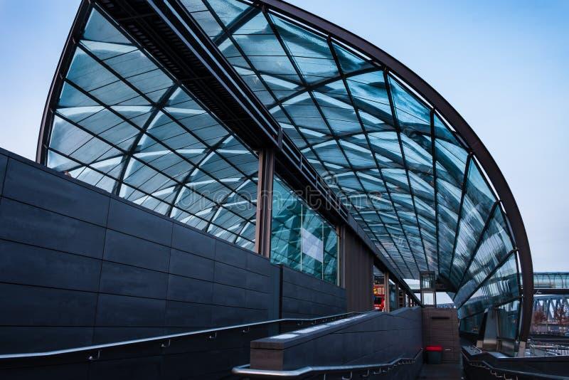 Beståndsdel av ett exponeringsglastak på gångtunnelstationen arkivbild