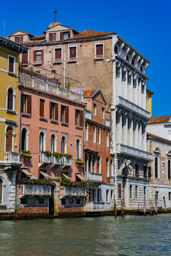 Beståndsdelar av arkitektur av hus på gatorna av kanalerna av staden av Venedig royaltyfri bild