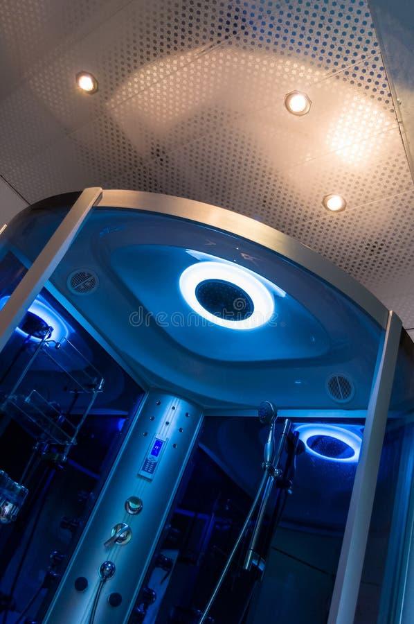 Beståndsdelar av denmoderna designen för badrum, kromdetaljer, delar av duschkabinen arkivbilder