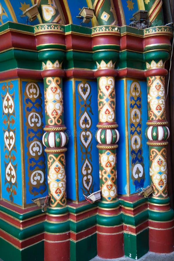 Beståndsdelar av fasaden av en medeltida byggnad Färgade baluster målade modeller arkivfoto