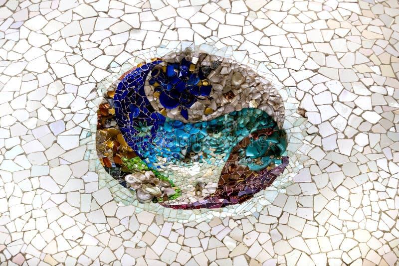 Beståndsdelar av mosaiken fragmenterar arbete för mosaiken för Gaudi ` s parkerar in Guell i vinter i staden av Barcelona arkivbild