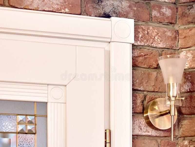 Beståndsdelen av den vita träinre sned dörren med klassisk geomet royaltyfri fotografi