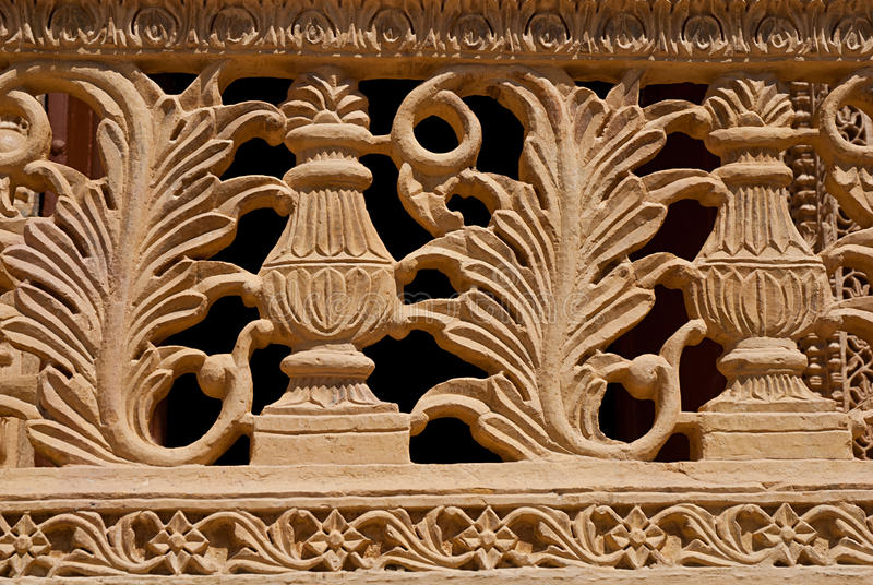 Beståndsdelen dekorerar av balkong i den Mandir slotten, Jaisalmer, Indien arkivfoto
