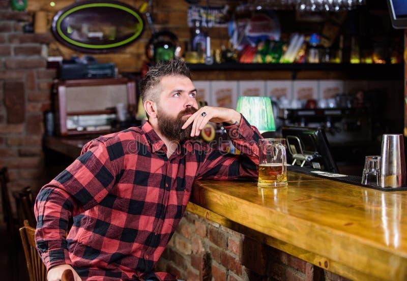 Best?llningsalkoholdrink St?ngen kopplar av st?llet har drinken och kopplar av Man med sk?gget att spendera fritid i m?rk st?ng _ royaltyfri bild