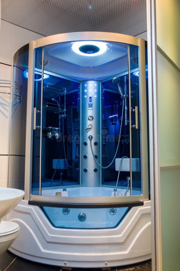 Best?ndsdelar av denmoderna designen f?r badrum, kromdetaljer, delar av duschkabinen fotografering för bildbyråer