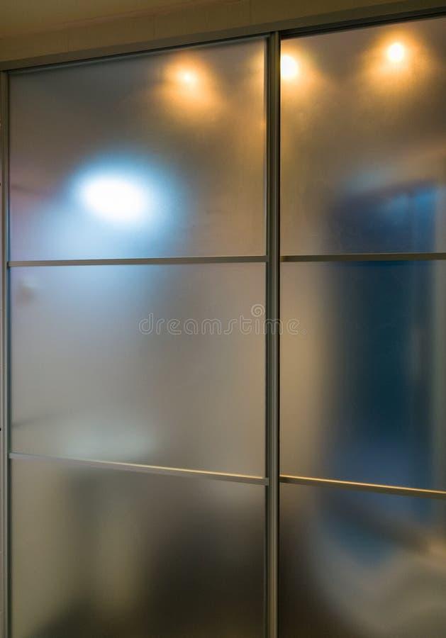 Best?ndsdelar av denmoderna designen f?r badrum, kromdetaljer, delar av duschkabinen arkivbild