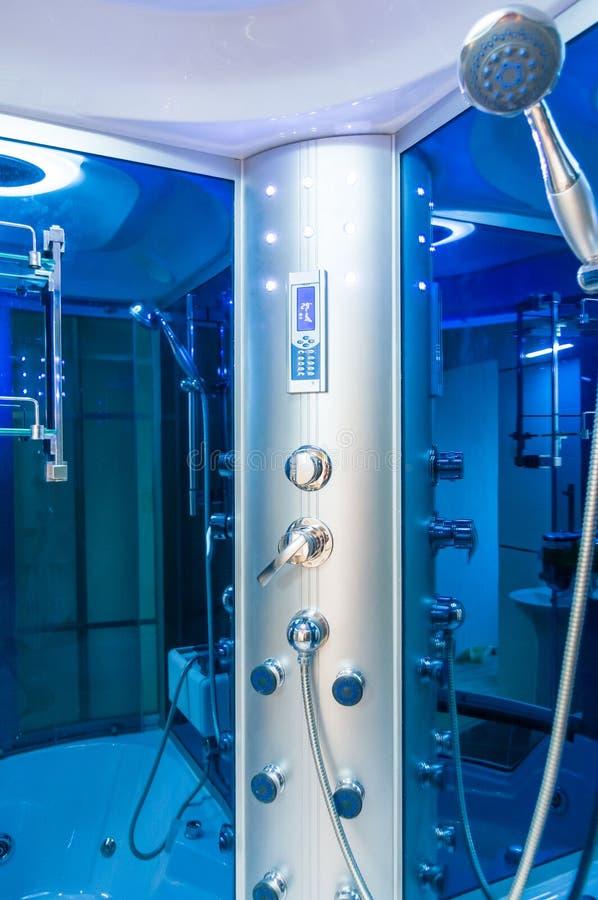 Best?ndsdelar av denmoderna designen f?r badrum, kromdetaljer, delar av duschkabinen royaltyfri foto