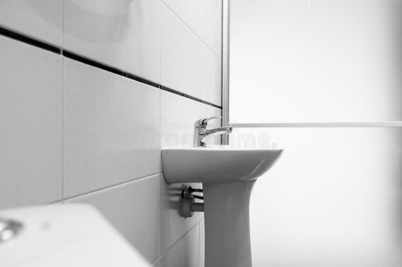 Best?ndsdelar av denmoderna designen f?r badrum, kromdetaljer, delar av duschkabinen royaltyfri bild