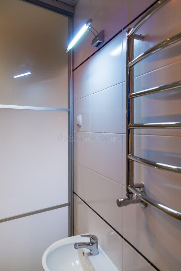 Best?ndsdelar av denmoderna designen f?r badrum, kromdetaljer, delar av duschkabinen arkivfoto