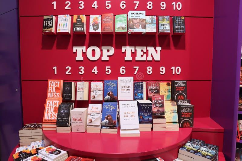 Best-sellers bij een boekhandel bij de luchthaven van Gothenburg Landvetter stock afbeeldingen