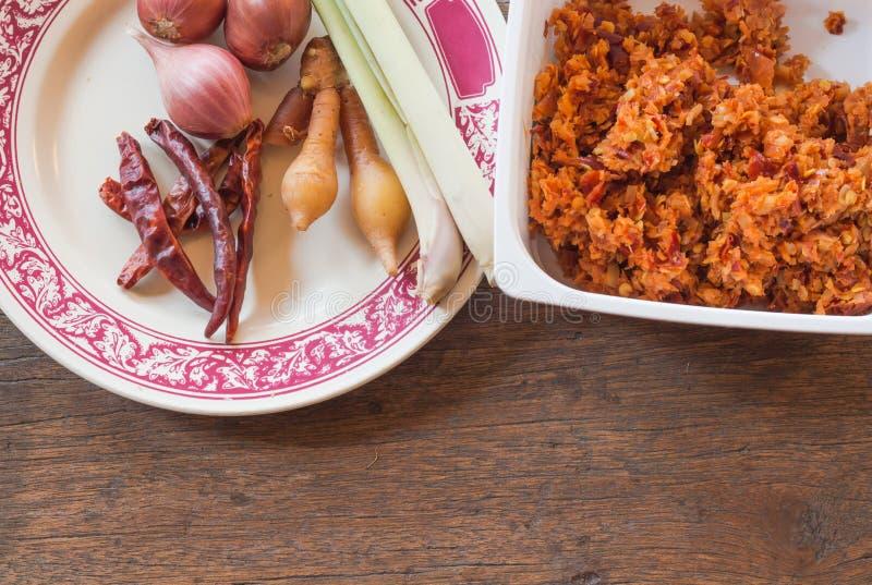 Bestandteil der thailändischen würzigen Suppe im Mörser, rohes Lebensmittel für die Herstellung der Curry-Paste lizenzfreie stockbilder