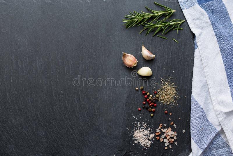 Bestandteile auf schwarzer Steintabelle stockbilder