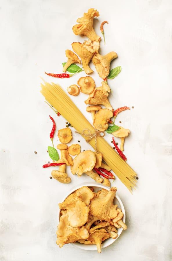 Bestandteile für die Herstellung von italienischen Teigwaren mit Pilzpfifferlingen in der sahnigen Soße, Konzept kochend, Nahrung lizenzfreie stockfotos
