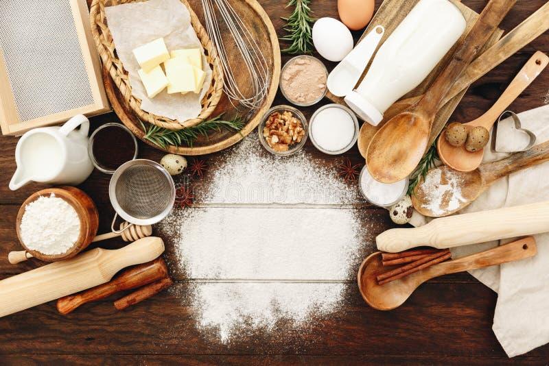 Bestandteile für Backen Mehl, Eier, Zucker lizenzfreie stockfotografie