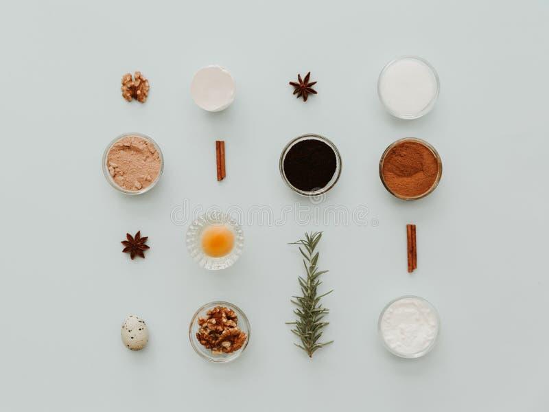 Bestandteile für backenden Kuchen, kreative Ebenenlage lizenzfreie stockfotos