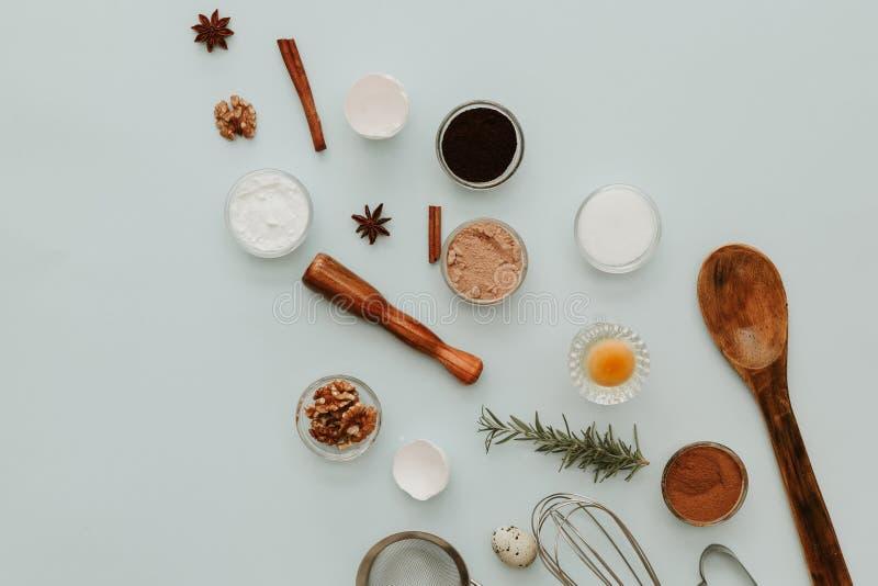 Bestandteile für backenden Kuchen, kreative Ebenenlage stockbild