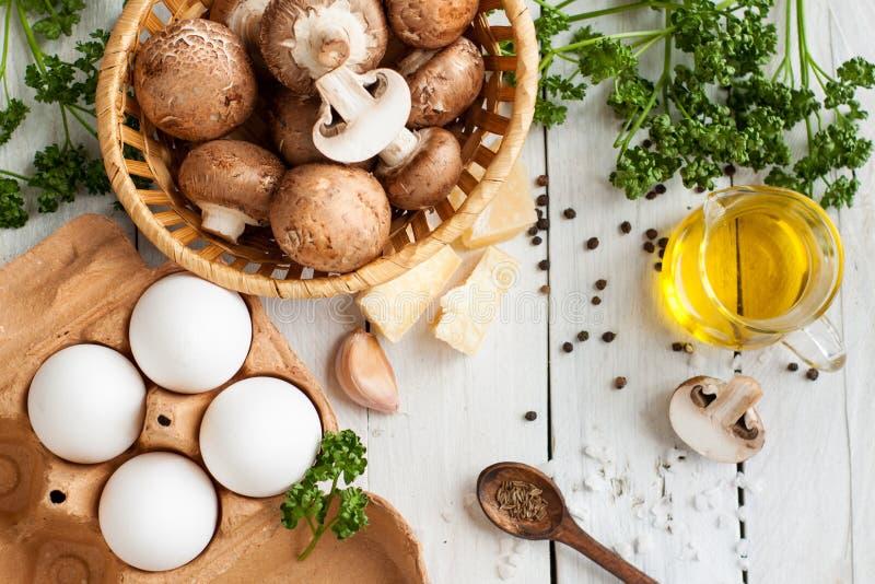 Bestandteile für Backeneier mit Pilzen stockbild