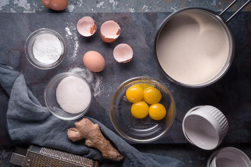 Bestandteile für Creme brulee auf der Draufsicht des Steinhintergrundes lizenzfreie stockbilder