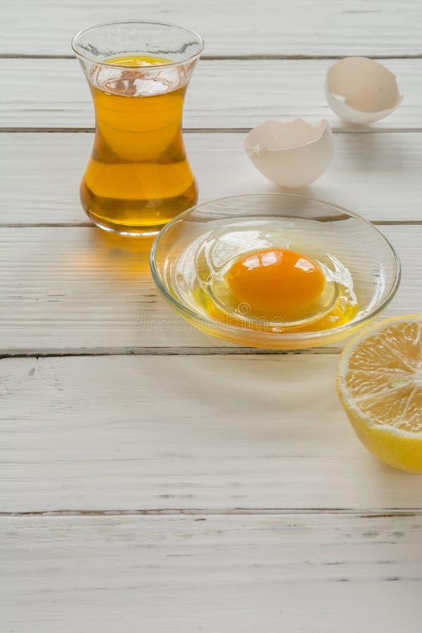 Bestandteile für das Kochen Defekte Eierschalen und Öl stockbild