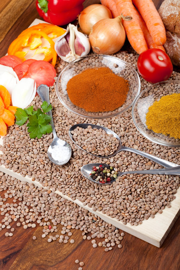 Bestandteile für das Kochen der Linsensuppe lizenzfreie stockfotografie