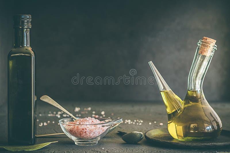 Bestandteile für das Kochen des Olivenöls und des Himalajasalzes stockbilder